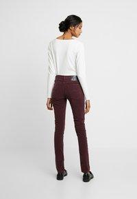 Nudie Jeans - SKINNY LIN - Kangashousut - burgundy - 3