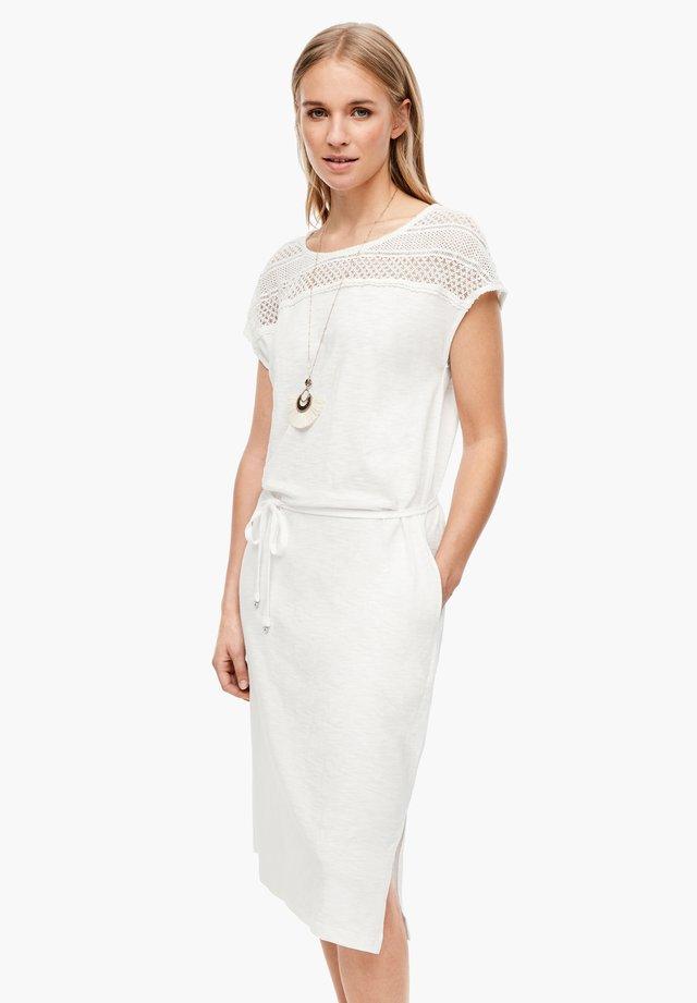 MIT SPITZENPASSE - Korte jurk - offwhite