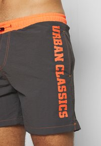 Urban Classics - LOGO SWIM  - Plavky - anthracite/orange - 3