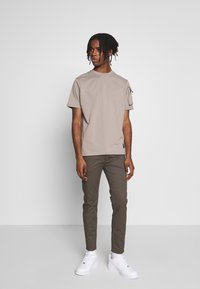 Mennace - UTILITY SLEEVE POCKET - Print T-shirt - beige - 1