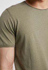Jack & Jones - JORPEAKS TEE CREW NECK - T-shirt - bas - dusty olive - 5