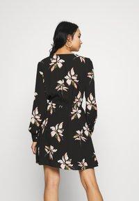 ONLY - ONLCARRIE TIE SHORT DRESS - Kjole - black/nature mix - 3