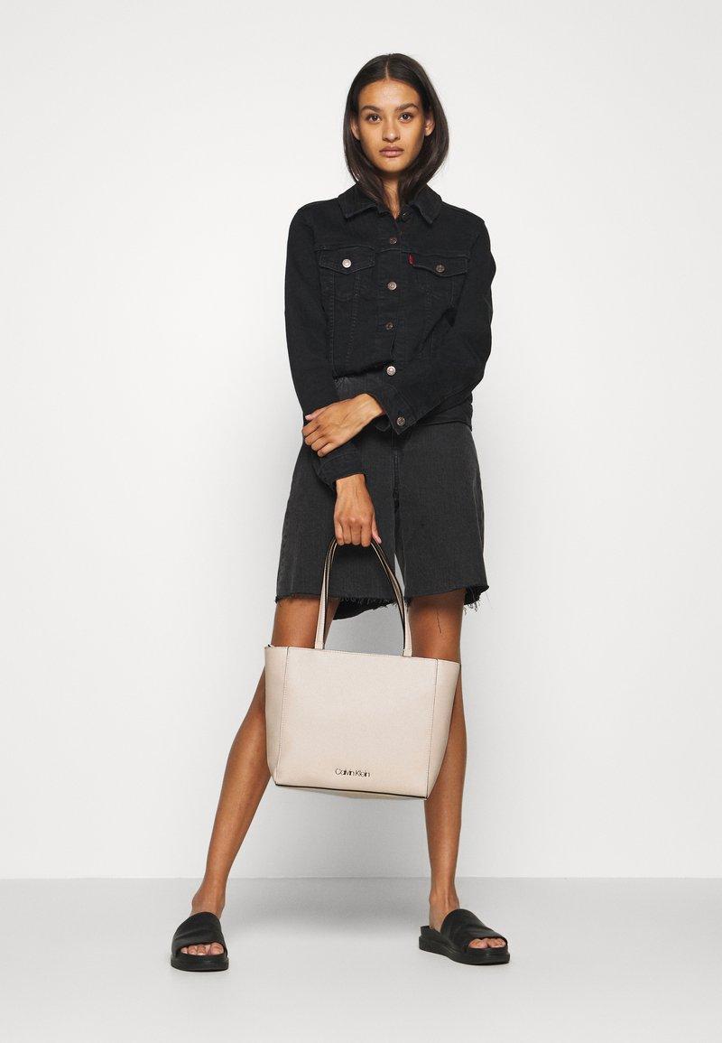 Calvin Klein - MUST - Sac à main - beige