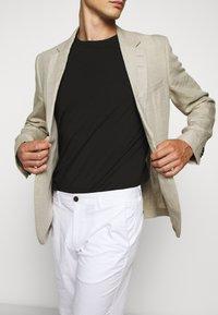 Michael Kors - WASHED - Shorts - white - 4