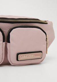 Calvin Klein - PRIMARY WAISTBAG - Ledvinka - purple - 4