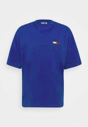 LEWIS HAMILTON OVERSIZED UNITY GLOBE TEE - Print T-shirt - sapphire blue
