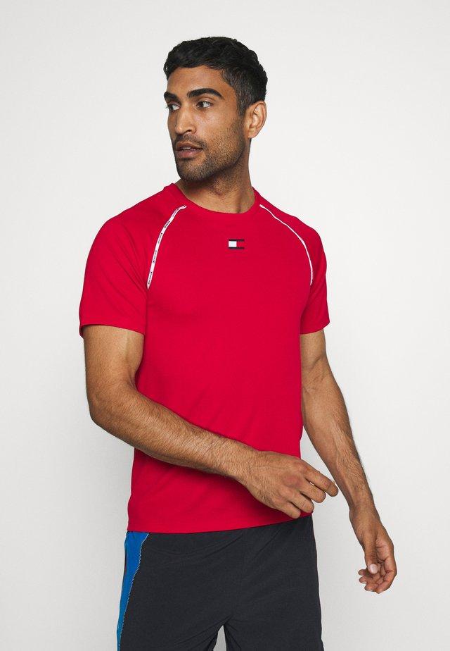 PIPING TRAINING - T-shirt z nadrukiem - red
