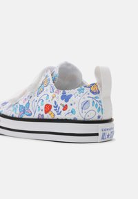 Converse - CHUCK TAYLOR ALL STAR BUTTERFLY FUN - Sneakers laag - white - 4