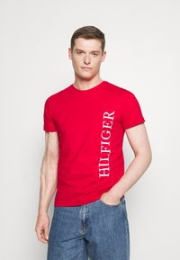 Tommy Hilfiger - LARGE LOGO TEE - Printtipaita - red - 0