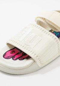 adidas Originals - PW ADILETTE  2.0  - Sandalen - chalk white - 6