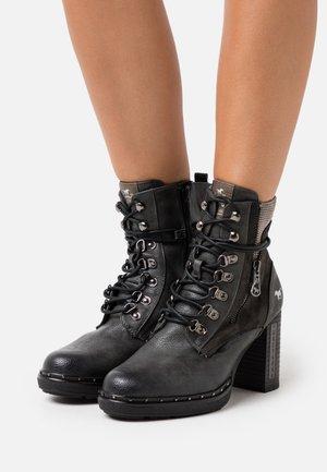 Kotníková obuv na vysokém podpatku - graphit
