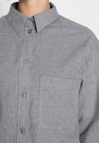 Marc O'Polo - BLOUSE LONG SLEEVE KENT COLLAR CROPPED - Button-down blouse - soft grey melange - 4