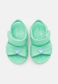 Crocs - CLASSIC CROSS STRAP CHARM - Sandály do bazénu - pistachio - 3