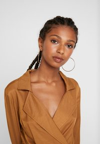 Missguided - PLUNGE BELTED SLIT FRONT MIDI DRESS - Blousejurk - sand - 4