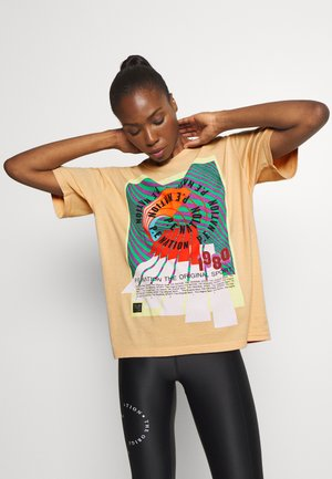 OVERHEAD TEE - Print T-shirt - orange pale