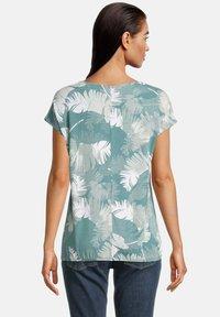 Betty & Co - Print T-shirt - green/white - 2