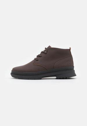CC BOULEVARD CHUKKA - Šněrovací kotníkové boty - dark brown