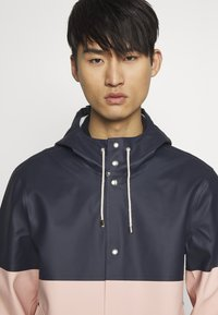 Stutterheim - STOCKHOLM BLOCKED - Waterproof jacket - navy - 3