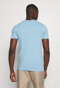 Jack & Jones - JCOHOFF TEE CREW NECK SLIM - Print T-shirt - dusk blue - 2