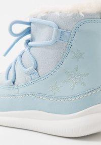 Clarks - DISNEY FROZEN CLOUD THRONE - Botas para la nieve - blue - 2