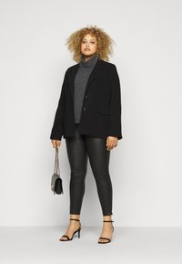 Noisy May Curve - NMKIMMY NW COATED ANKLE PANTS - Bukse - black - 1