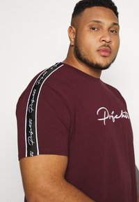 Projekts NYC - HOLDEN SIGNATURE TAPED - T-shirt con stampa - burgundy - 3