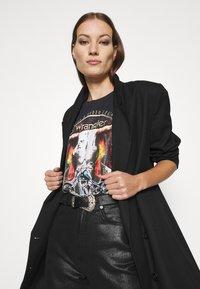 Wrangler - OVERSIZED TEE - Print T-shirt - washed black - 4