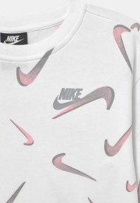 Nike Sportswear - CREW - Bluza - white/smoke grey - 2