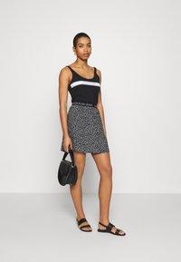 Calvin Klein Jeans - FLORAL SKIRT WITH LOGO TAPE - Áčková sukně - black/white - 1