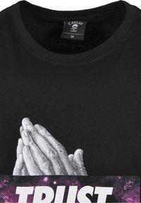 Cayler & Sons - SPACE TRUST  - Print T-shirt - black/mc - 2