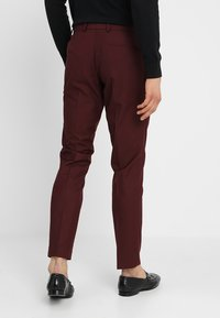 Isaac Dewhirst - FASHION SUIT - Suit - bordeaux - 5