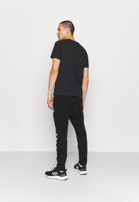 Hummel - RAY 2.0 TAPERED PANTS - Spodnie treningowe - black - 2