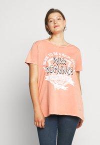 ONLY Carmakoma - CARMINE BOXY TEE - Print T-shirt - hot sauce - 0