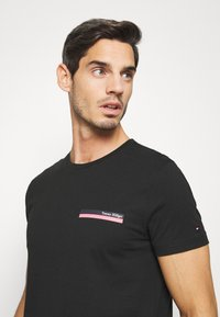 Tommy Hilfiger - COOL SMALL TEE - T-shirt z nadrukiem - black - 3
