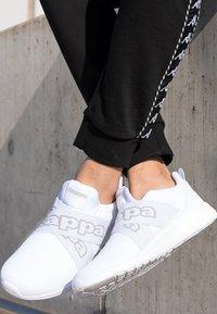 Kappa - FASTER II - Chaussures d'entraînement et de fitness - white/light grey - 4