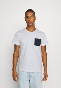 Tommy Jeans - CONTRAST POCKET TEE  - T-shirt z nadrukiem - silver grey - 0