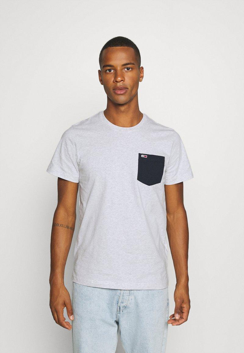 Tommy Jeans - CONTRAST POCKET TEE  - T-shirt z nadrukiem - silver grey