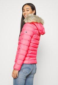 Tommy Jeans - BASIC - Bunda zprachového peří - glamour pink - 2