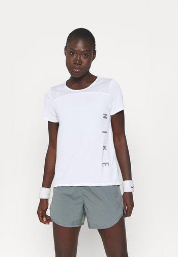 RUN MILER  - T-shirt imprimé - white/silver