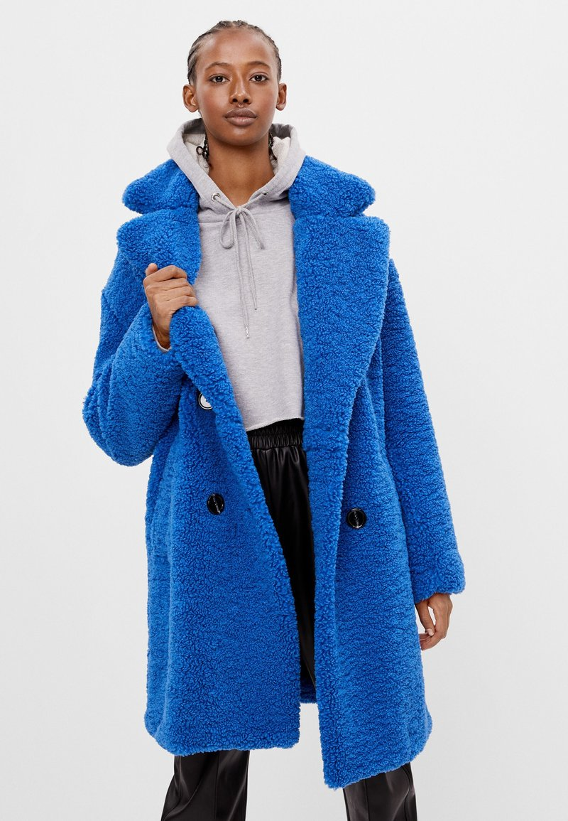 Bershka - MIT LAMMFELLIMITAT - Winter coat - blue