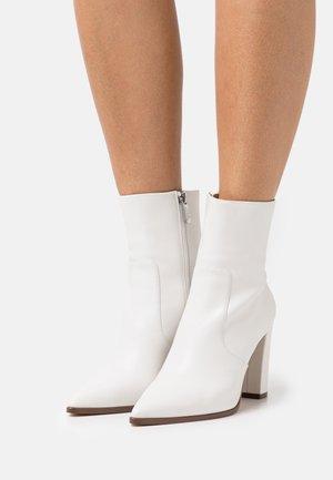 NEGOTIATE - Kotníkové boty - white