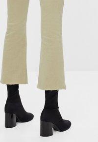 Bershka - SCHLAGHOSE - Flared Jeans - khaki - 3