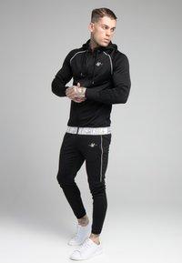 SIKSILK - SCOPE SIGNATURE TAPE PANT - Pantalon de survêtement - black - 1
