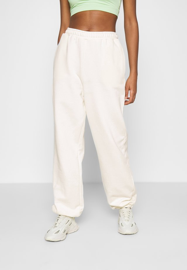 NA-KD X ZALANDO EXCLUSIVE - LOOSE FIT PANTS - Trainingsbroek - off-white