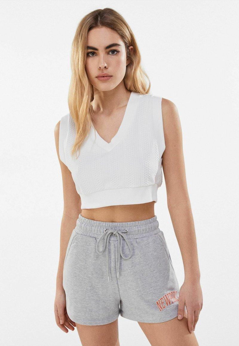 Bershka - MIT PRINT  - Shorts - light grey