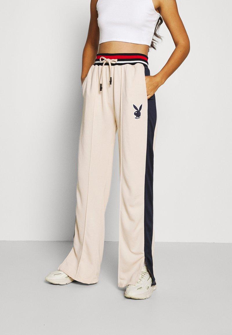 Missguided - PLAYBOY VARSITY WIDE LEG TRICOT PANTS - Pantalones deportivos - stone