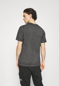 Nike Sportswear - TEE LIKE DYE - T-shirt med print - black - 2