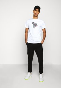 PS Paul Smith - MENS SLIM FIT ZEBRA CLIMB - Print T-shirt - white - 1