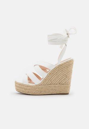 ANISKA - Sandály na platformě - white