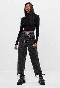 Bershka - MIT AUSGEFRANSTEM SAUM  - Straight leg jeans - grey - 1